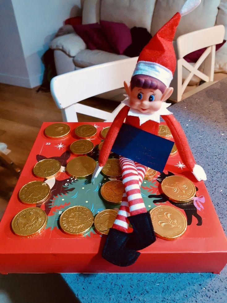El elfo travieso de mi sobrino trae recompensas de chocolate si hace los retos diarios