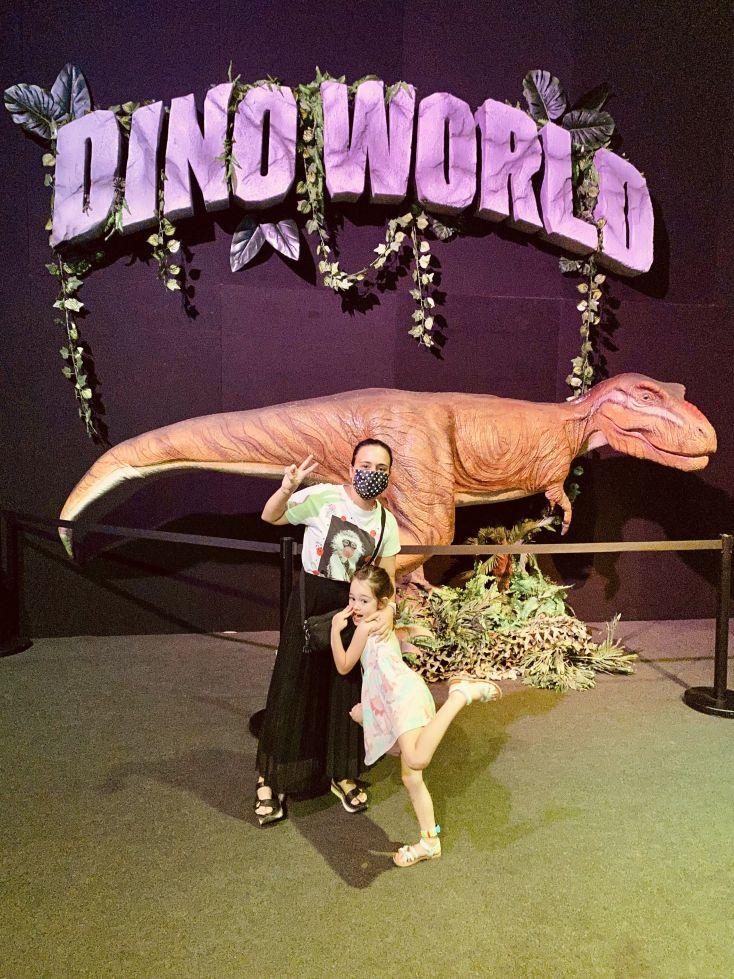 Noemi y Victoria en la exposición de dinosaurios