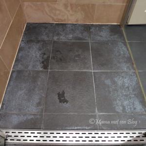 tip donkere badkamertegels met witte aanslag reinigen