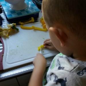 Dagboek #20 Luca helpt met groente snijden