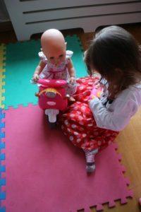 Baby born op de nieuwe scooter. Nola gaat spelen