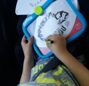 Luca tekent het schaap op de dessenio doodle