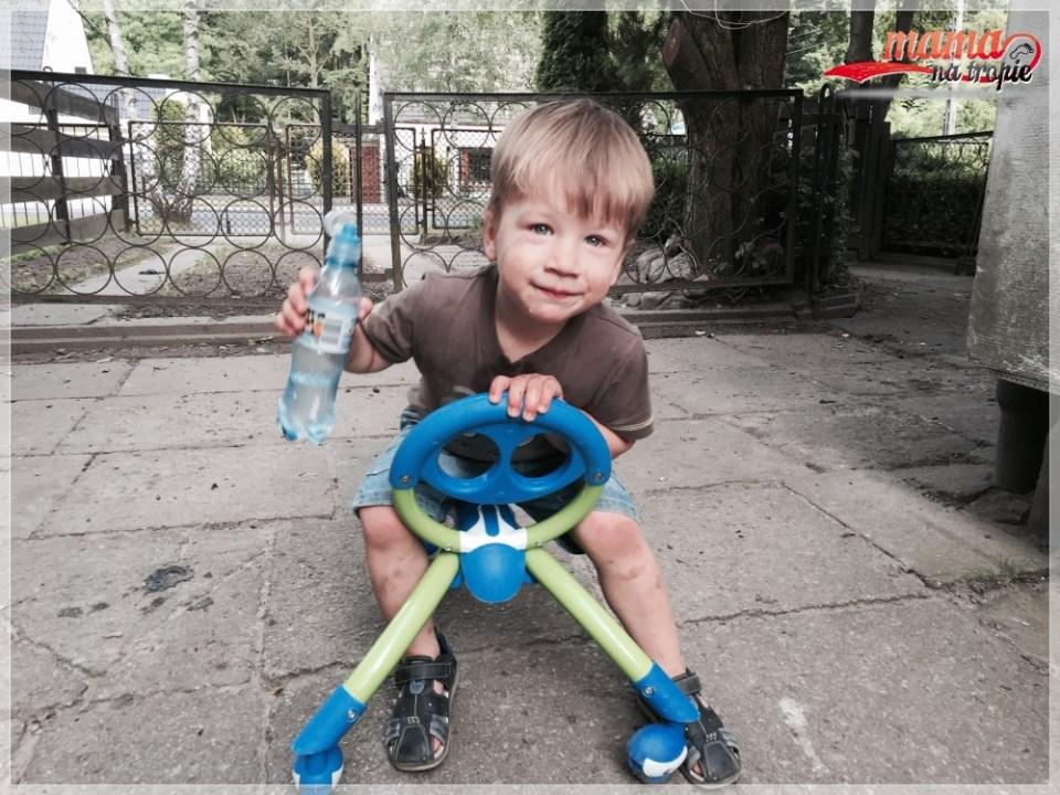 zabawa na ogrodzie, jeździk, dla dzieci