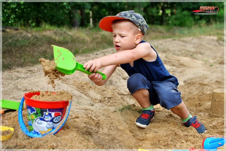 spacer z dzieckiem. dziecko w lesie, zabawy w pisaku, zabawki do piasku