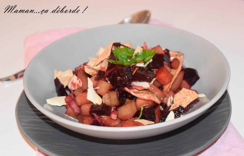Salade de betterave, concombre et pain pita