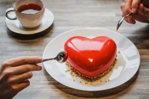 valentin-amoureux-offrir-gateau