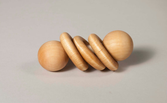 Un mignon hochet en bois de l'Atelier Cheval de bois pour divertir bébé au maximum! Prix: 8$
