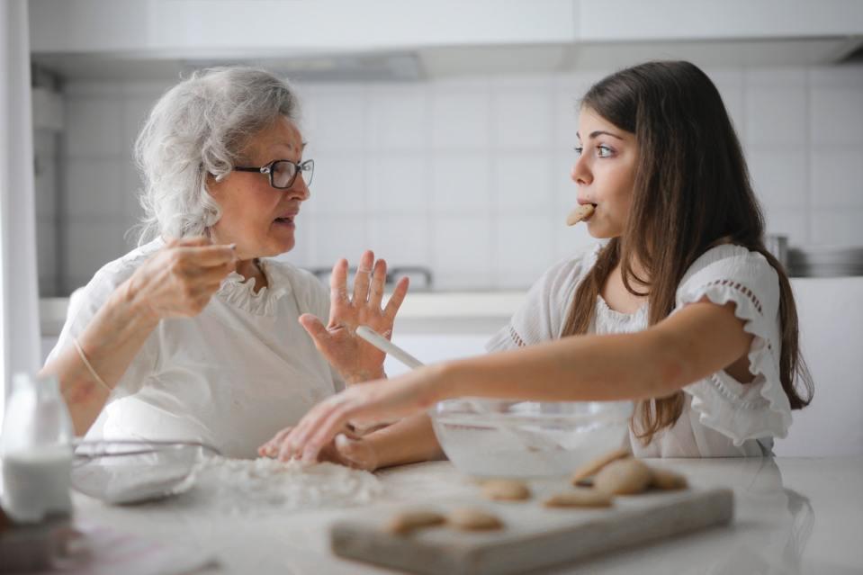 mamie grand-mère qui apprend la pâtisserie à sa petite-fille cuisine
