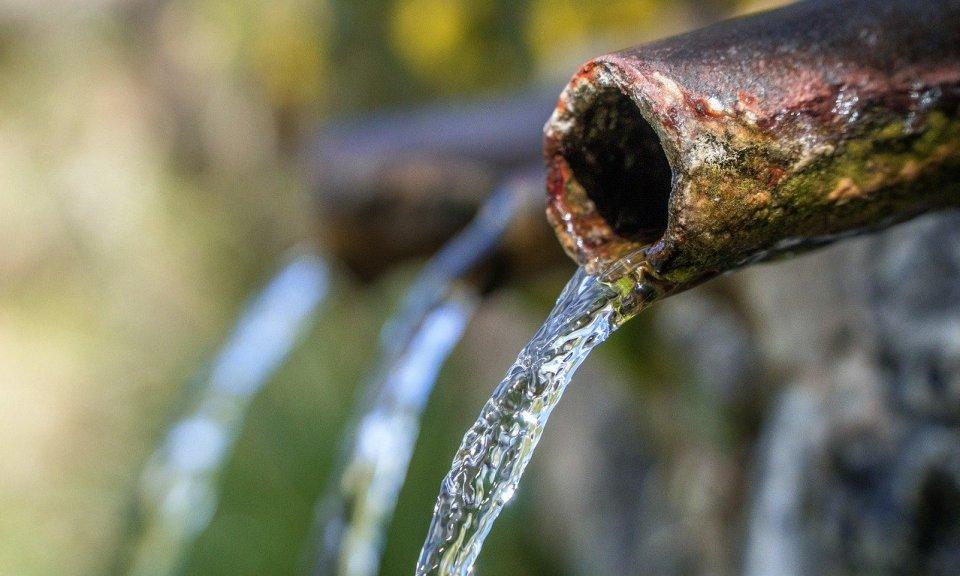 eau de source ou fontaine à eau pour boire de l'eau potable