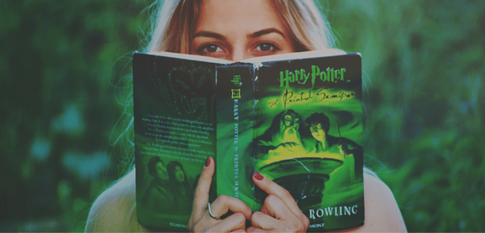 Blonde Frau liest Harry Potter Buch