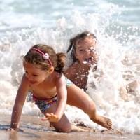 djeca na plazi kupanje