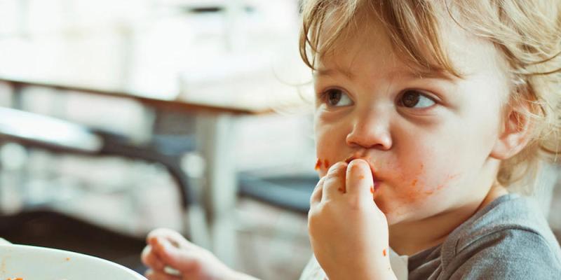 dijete jede samo