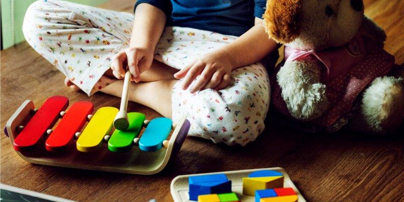kako nauciti dijete da se samo igra