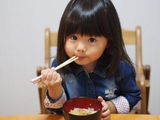 ご飯食べる子供