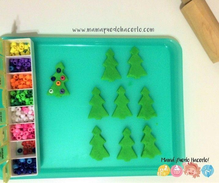 árbol de navidad de plastilina y cuentas