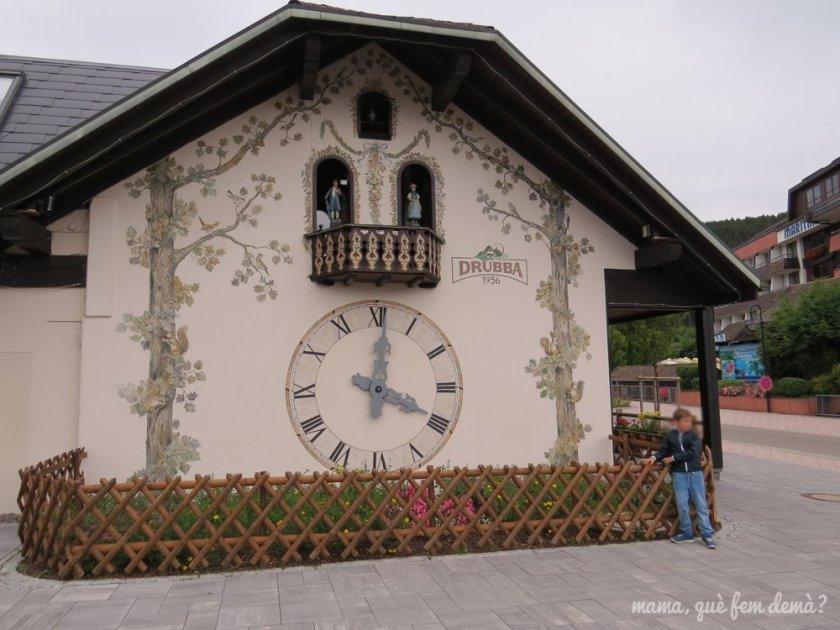gran reloj de cuco en la pared de la tienda Drubba en Titisee