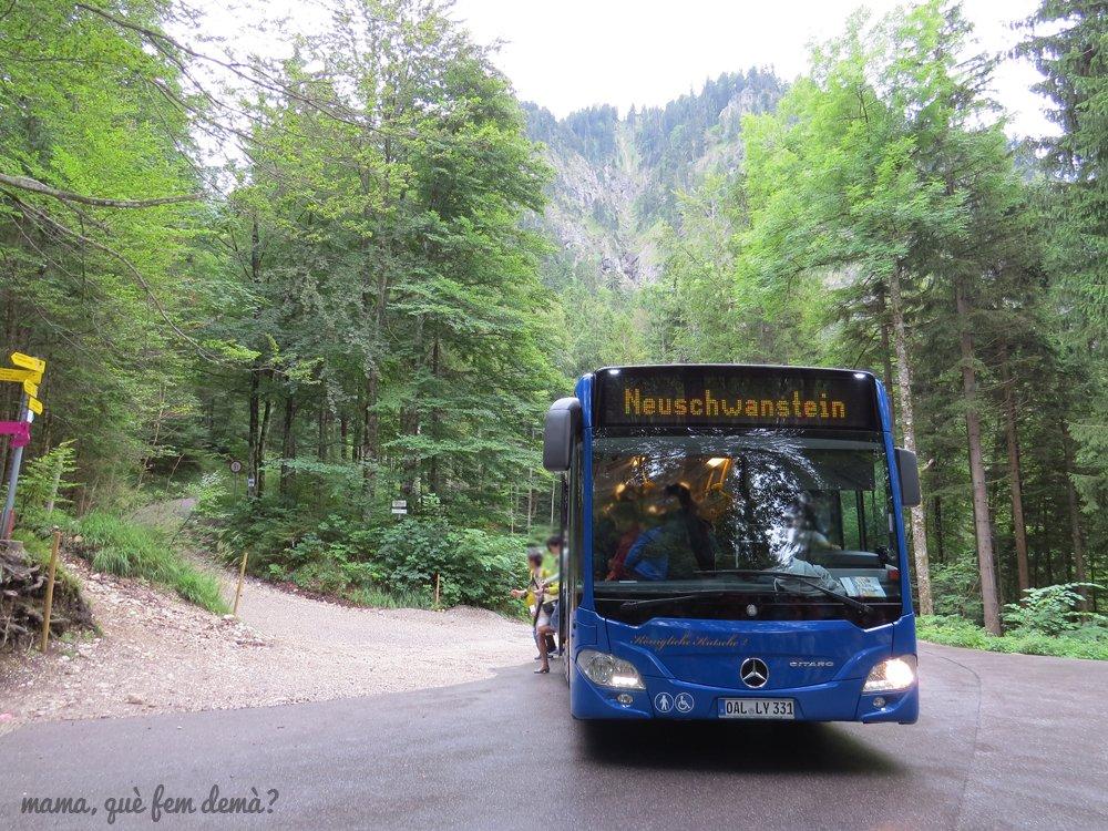 frontal del autobus que lleva al castillo del rey loco