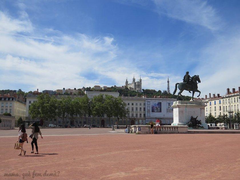 Plaza Bellecour con la Basílica Notre-Dame detrás