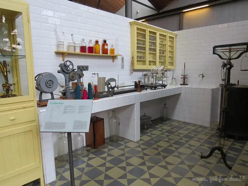 recreación de un laboratorio químico en el Museu de la Ciència i de la Tècnica de Catalunya