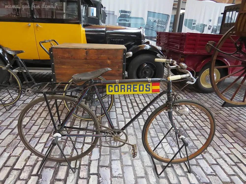 bicicleta antigua de correos en el Museu de la Ciència i de la Tècnica de Catalunya