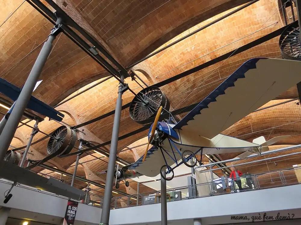 avión antiguo colgado en el techo del Museu de la Ciència i de la Tècnica de Catalunya