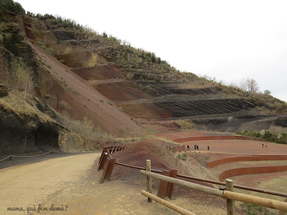 Camino vallado hacia las grederes del Volcán Croscat