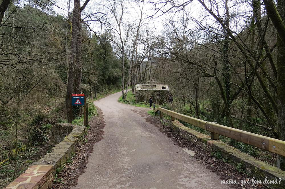 Puente y restos del molino en Vallcàrquera