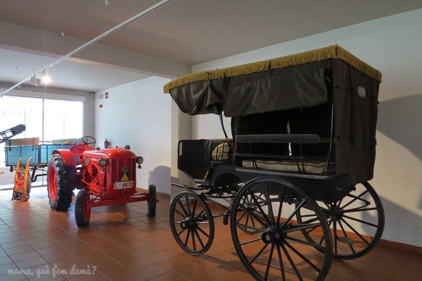 Carro de caballos y tractor rojo en el Museu de la Vida Rural.