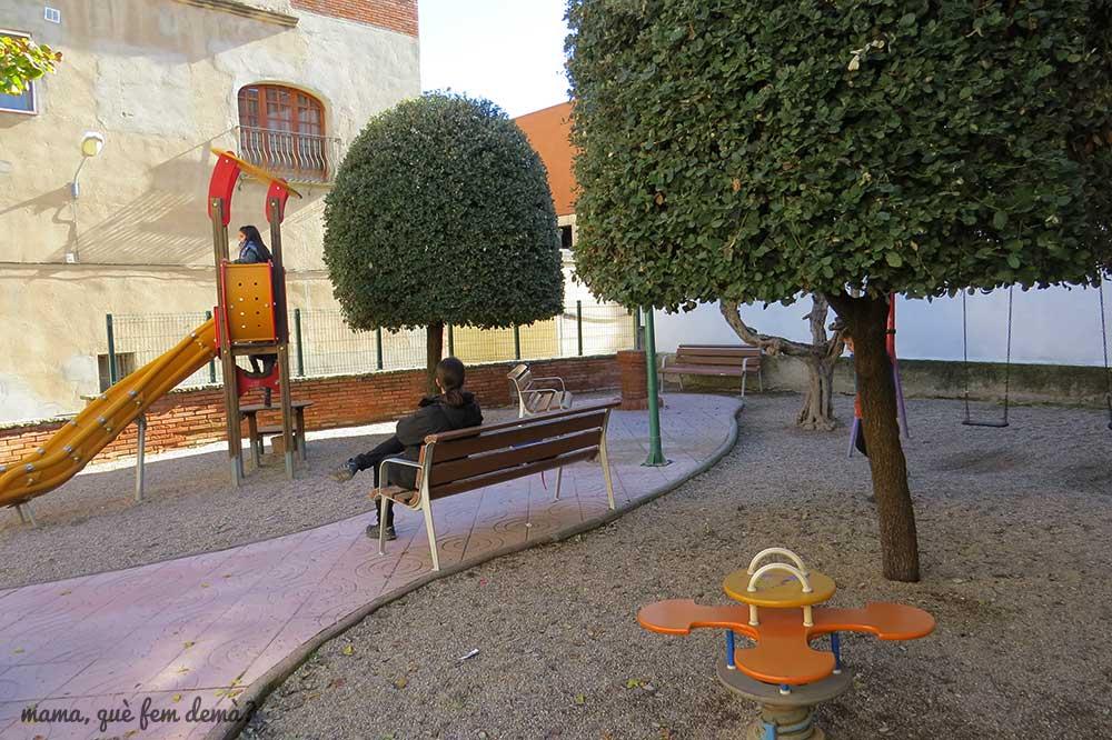 Parque infantil en la calle Serra de Ullastrell