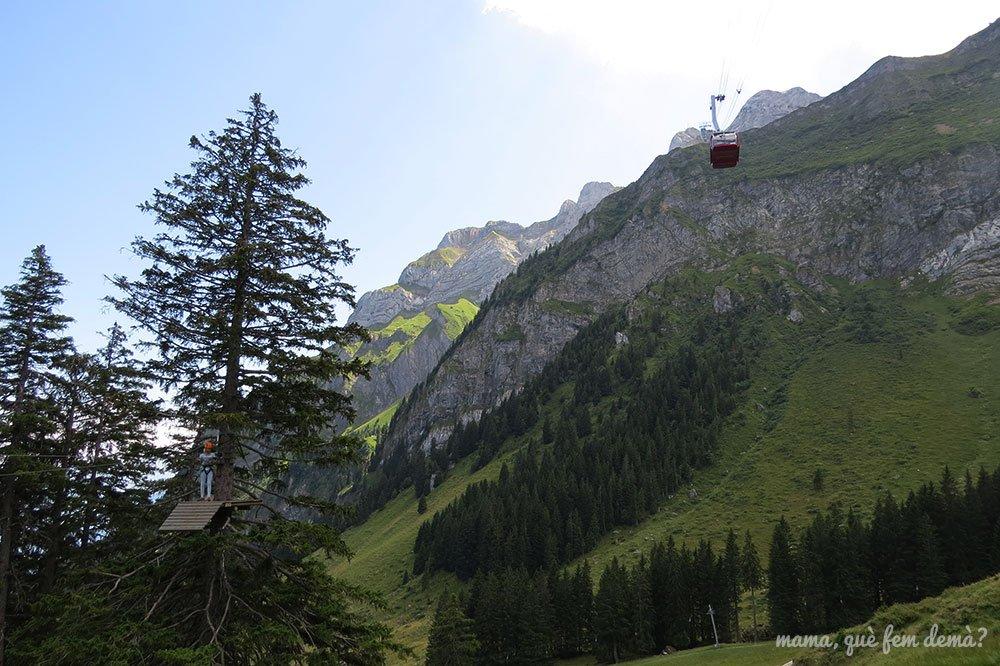 descenso del teleférico Dragon Ride con la montaña detrás