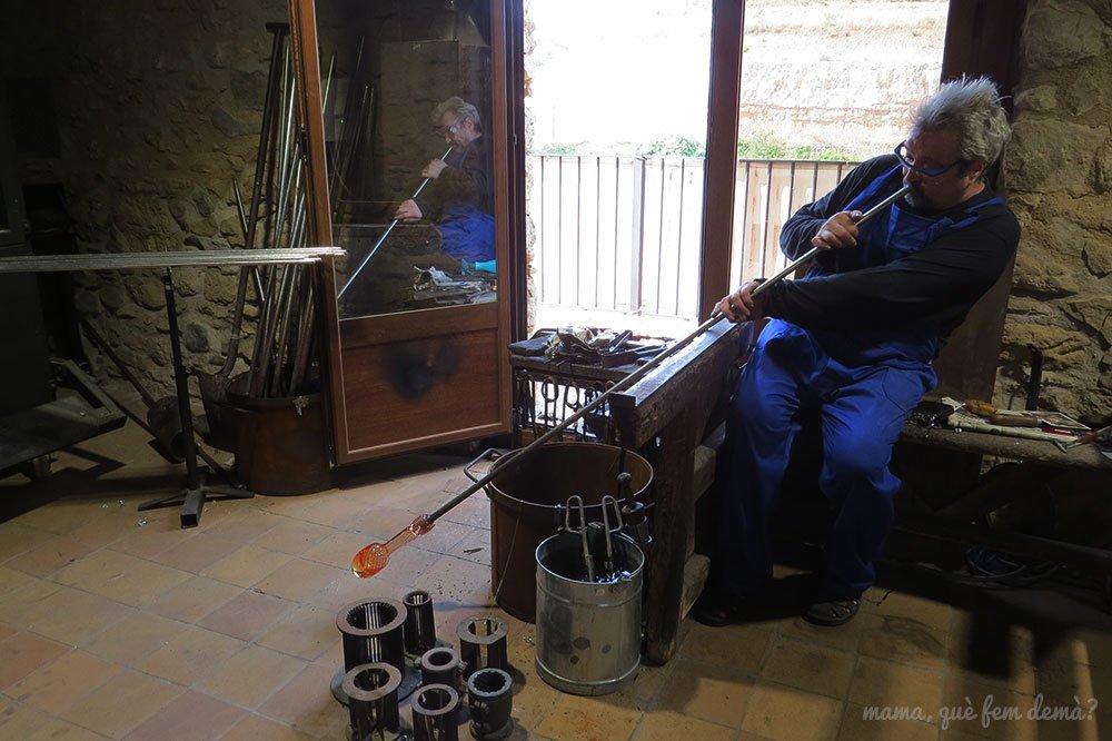 Paco Ramos haciendo una demostración en directo de la técnica del vidrio bufado en Vimbodí
