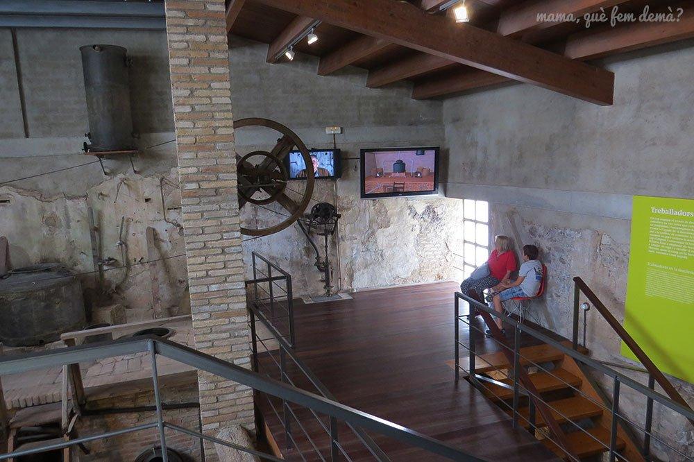 Visualizando un audiovisual en la Fassina Balanyà