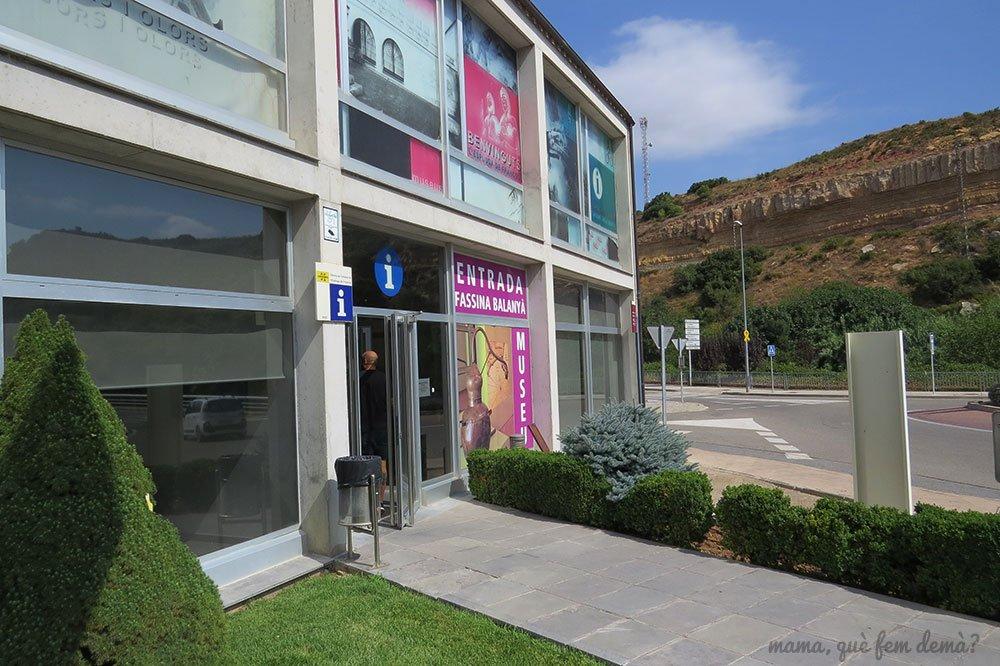 Puerta de entrada de la Oficina de Turismo de la Espluga de Francolí y de la Fassina Balanyà