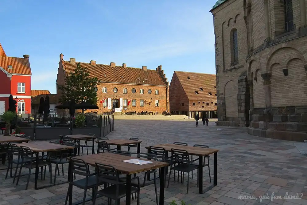 Lateral de la iglesia de Ribe, Detrás se ve el hotel Gamle Arrest y el edificio Kannikegården
