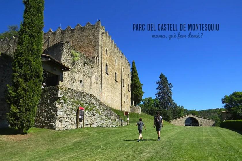 Exterior del castell de montesquiu con dos personas caminando por los jardines