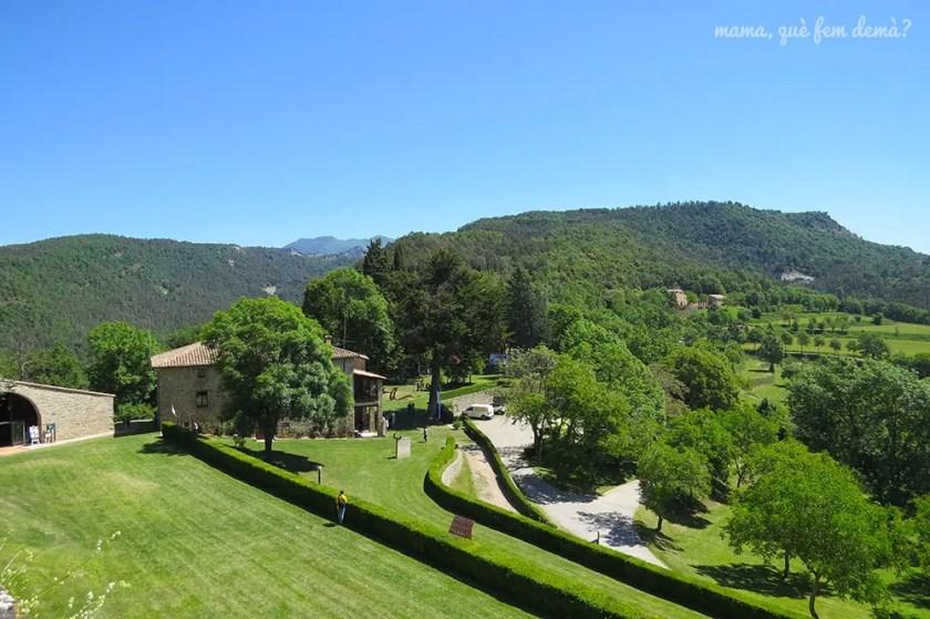 vistas de los jardines del castell de montesquiu y de las montañas