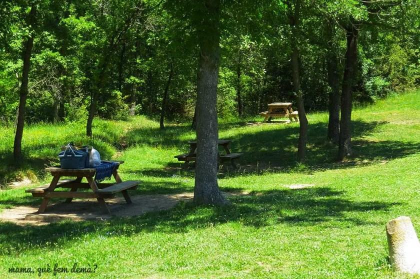 mesas de picnic en el castell de monresquiu