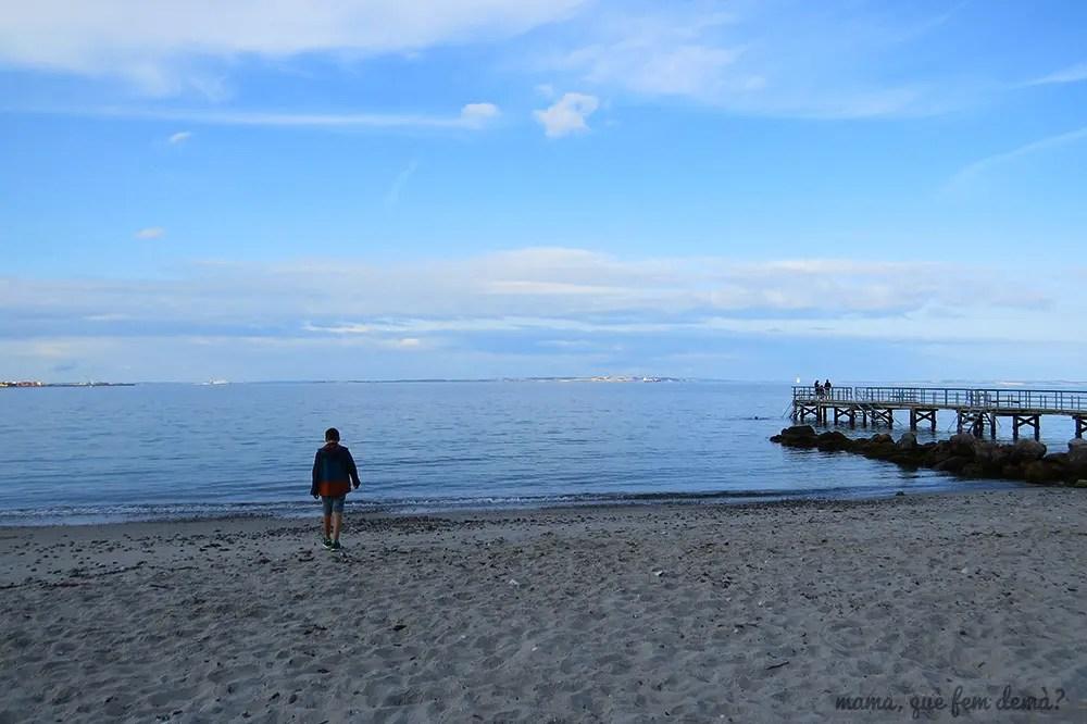 niño en la playa Ballehage de Aarhus