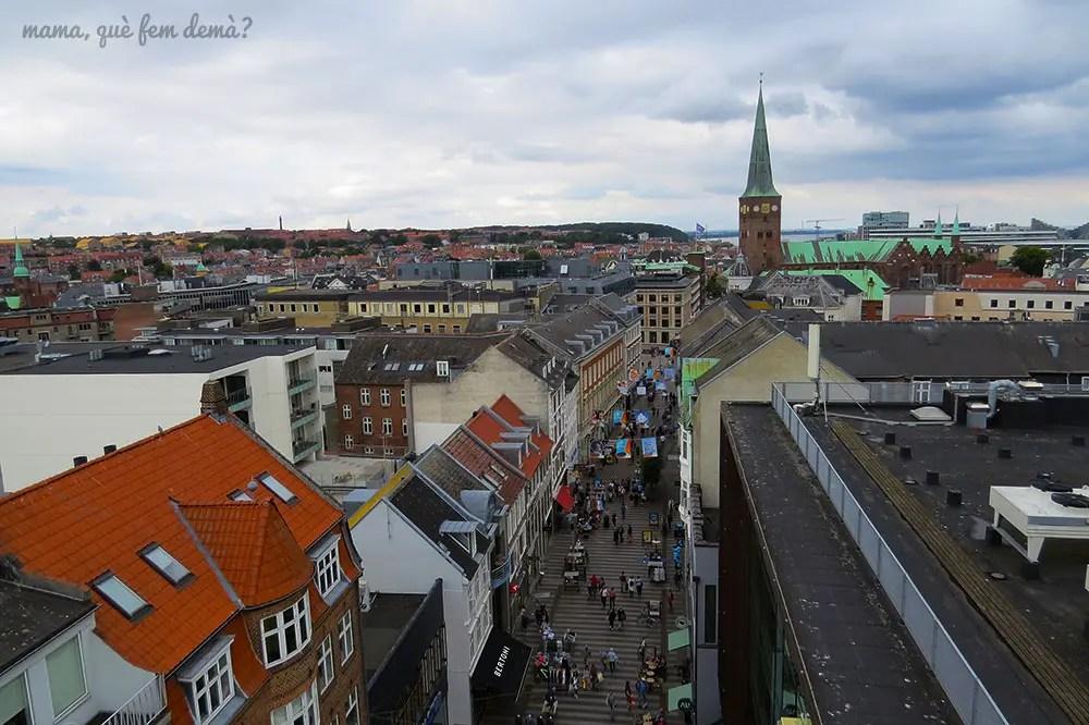 Vistas de Aarhus y si catedral desde el centro comercial Salling