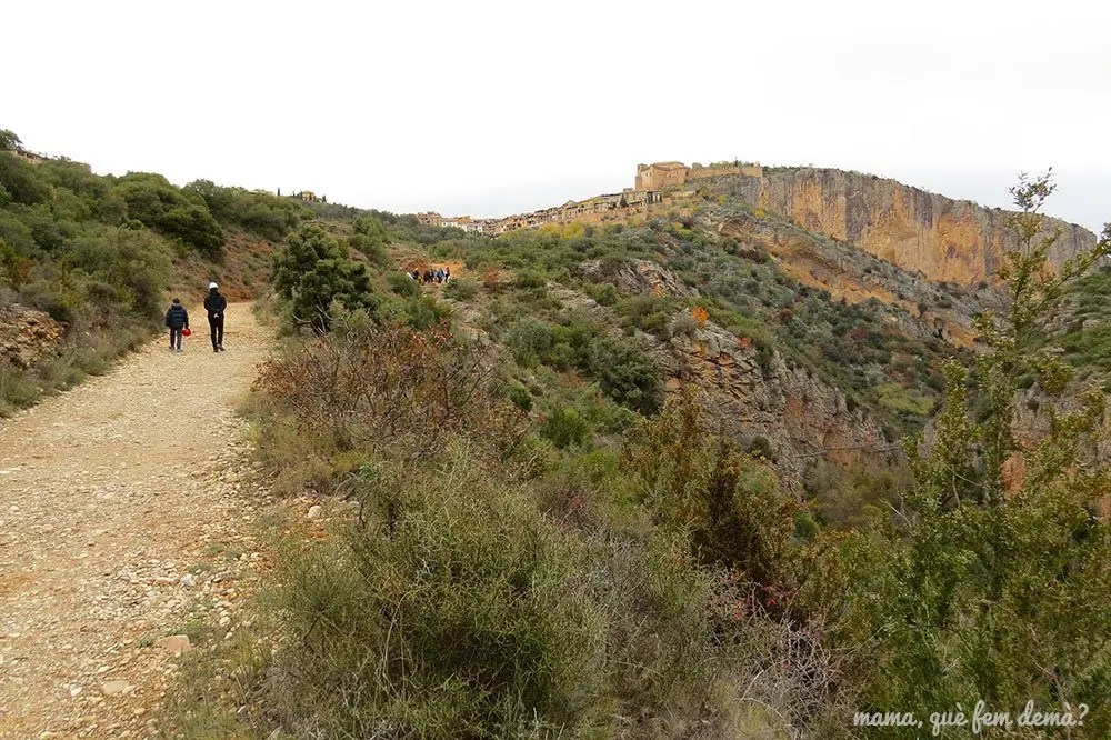 Camino y vistas de la colegiata de Alquézar
