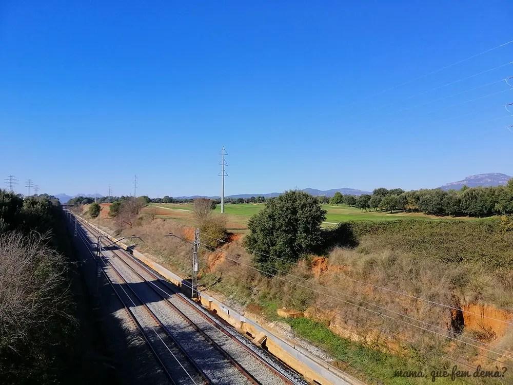 vistas de la Mola y Montserrat, por uno de los caminos que cruza la vía del tren hacia Terrassa