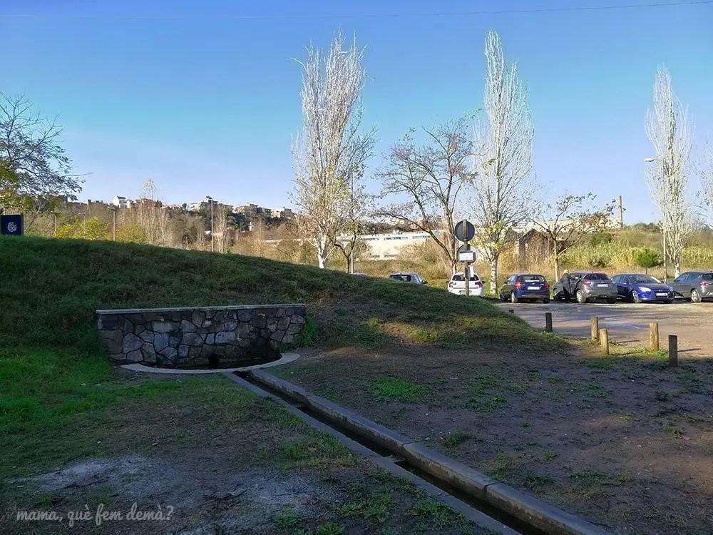 aparcamiento y fuente de la zona de pícnic de Sant Vicenç de Jonqueres