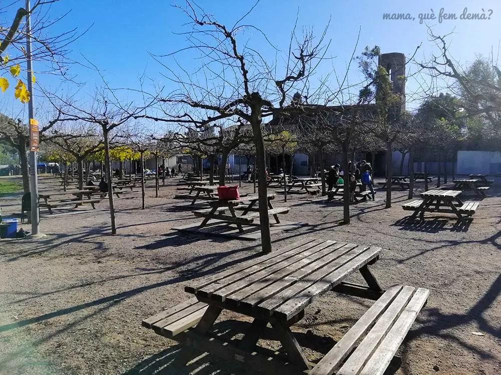 Mesas del área de pícnic de Sant Julià d'Altura en Sabadell
