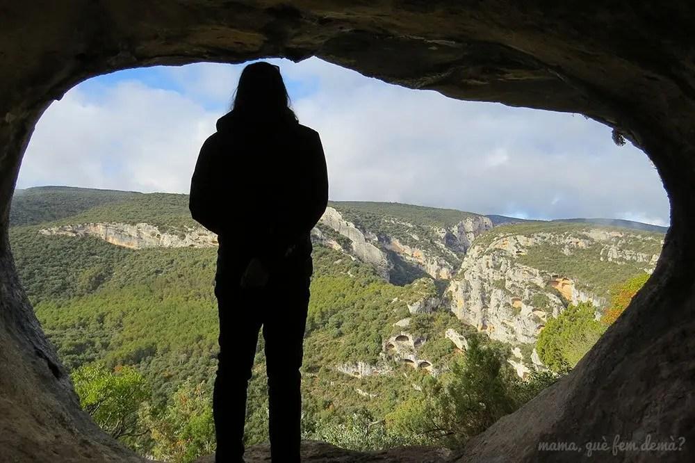 Hombre mirando las vistas desde una cueva del Tozal de Mallata en la Sierra de Guara de Huesca
