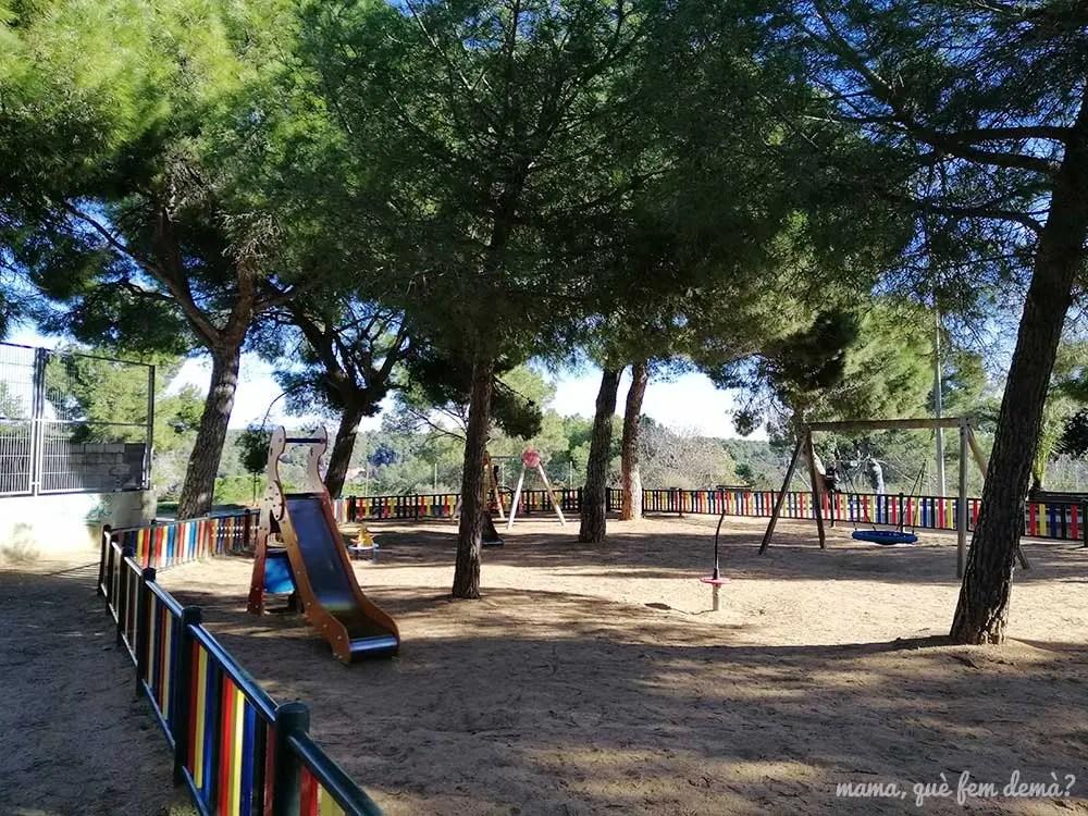Parque infantil en la calle Caucas de Sabadell