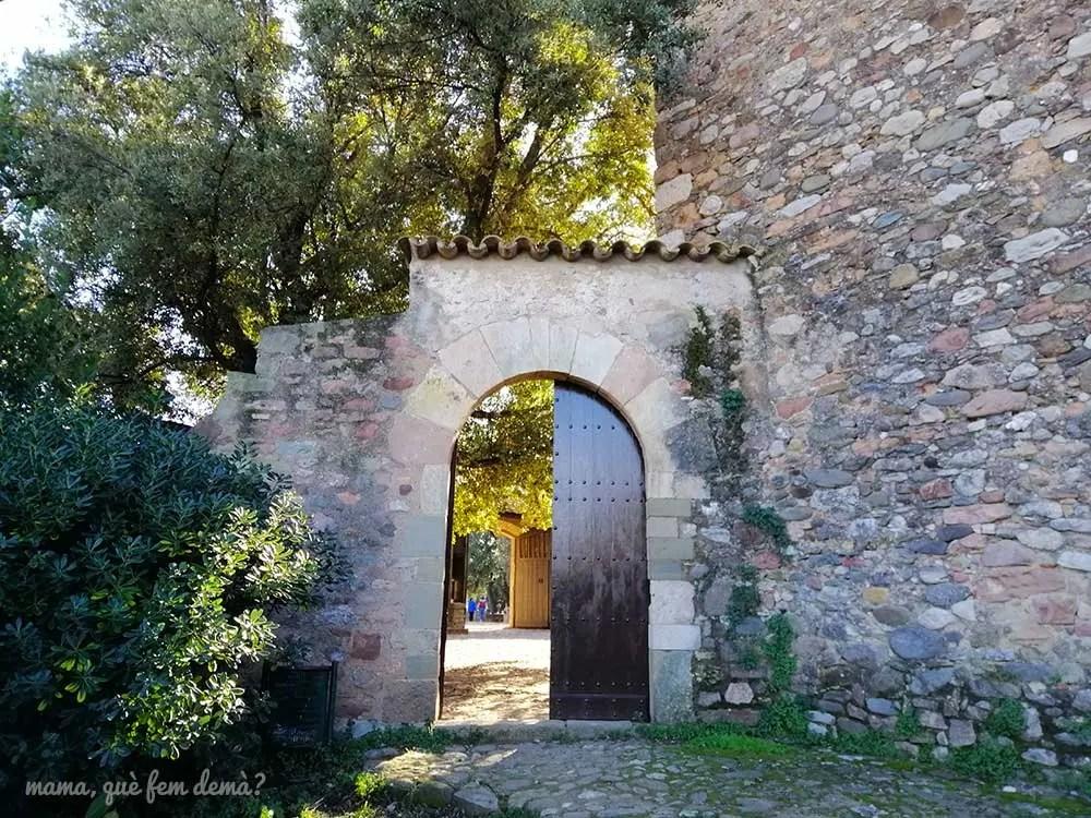Puerta de acceso a la Masía de Can Deu de Sabadell