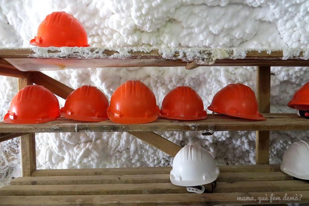 cascos en la entrada de las minas de sal de Cardona