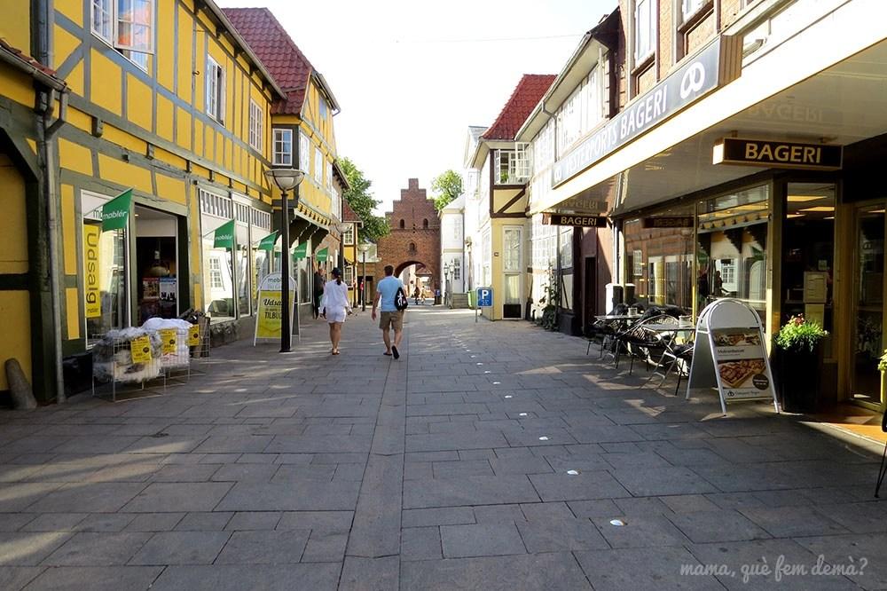 calle comercial de Faaborg con la puerta medieval Vesterport (Dianamarca)