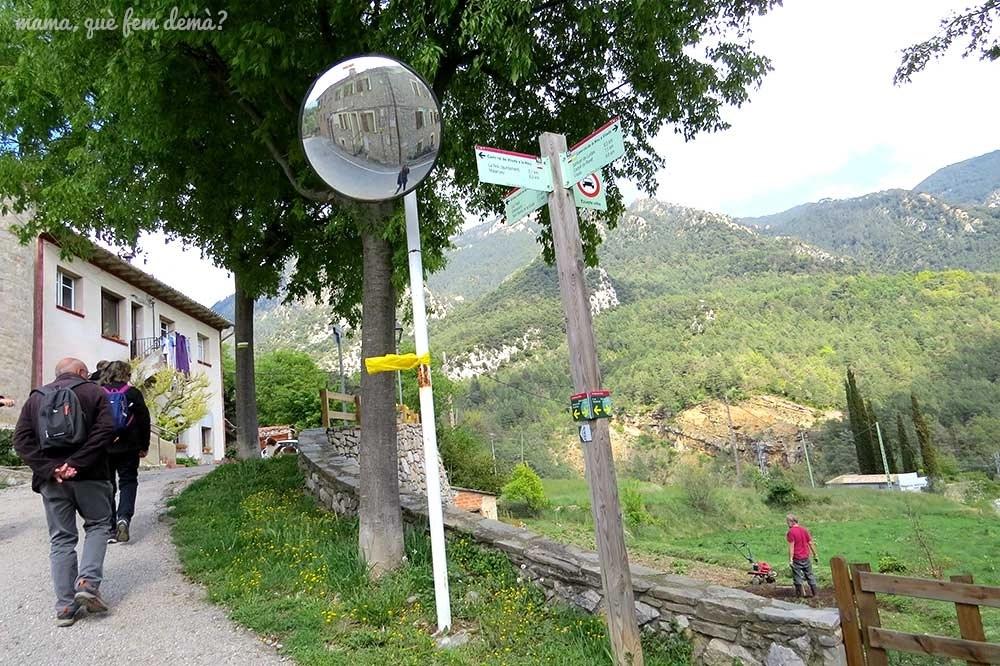 """Poste indicador hacia la font de Cal Patzí, en la ruta """"Un tomb per la Nou"""""""