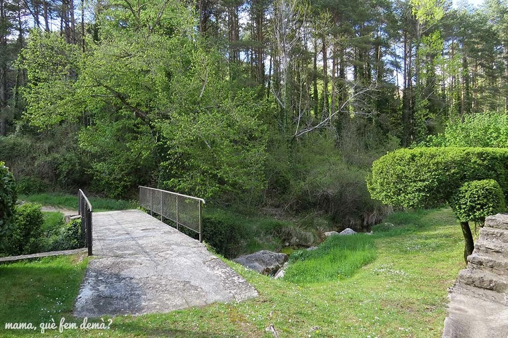 Puente en la masia Cal Torrent que lleva al Santuario de Lourdes de la Nou